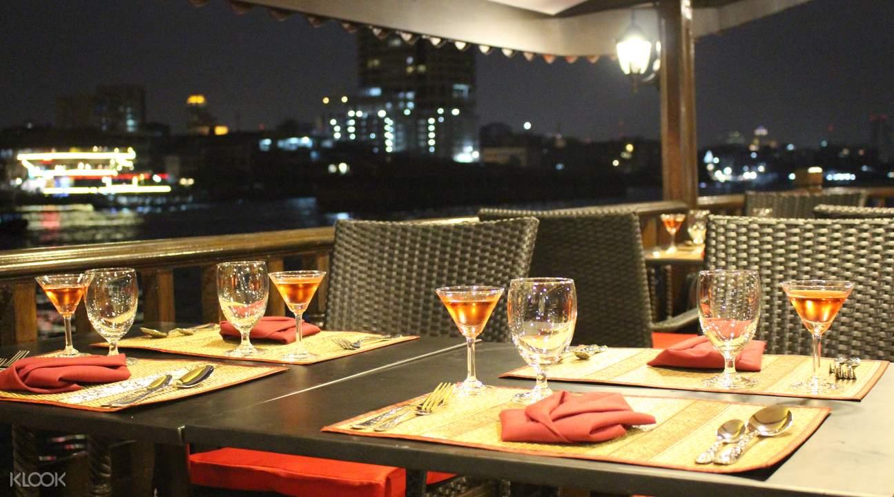 Nikmati Makan Malam Indah Diatas Kapal Cruise Yang Mewah