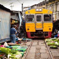 Pasar Maeklong - Pasar Unik Di Tengah Rel Kereta Api